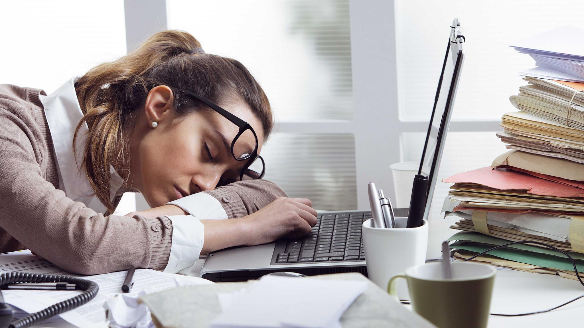 уставшая девушка на работе