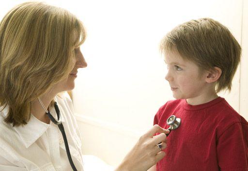 доктор прослушивает ребенка