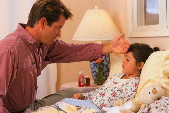 папа измеряет девочке температуру