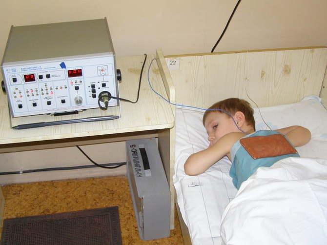 ребенок на физиотерапии