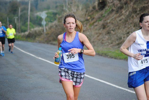 девушки бегут на марафоне