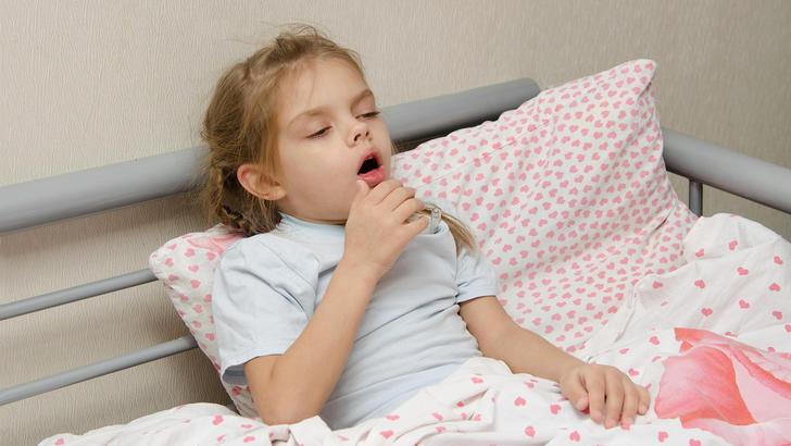 девочка кашляет в постели