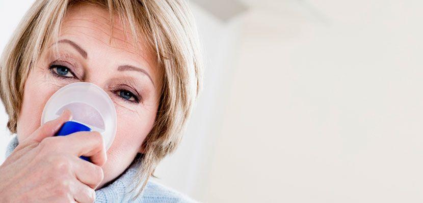 женщина с ингалятором