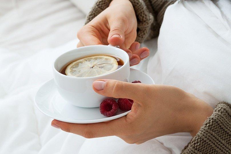 чай в руках у девушки