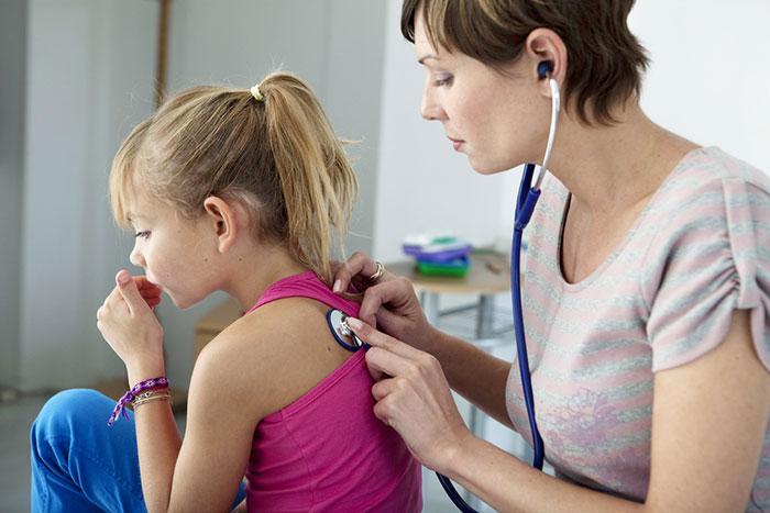 доктор слушает девочку